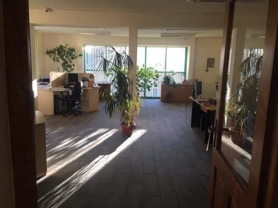 Clădire cu spațiu comercial și birouri